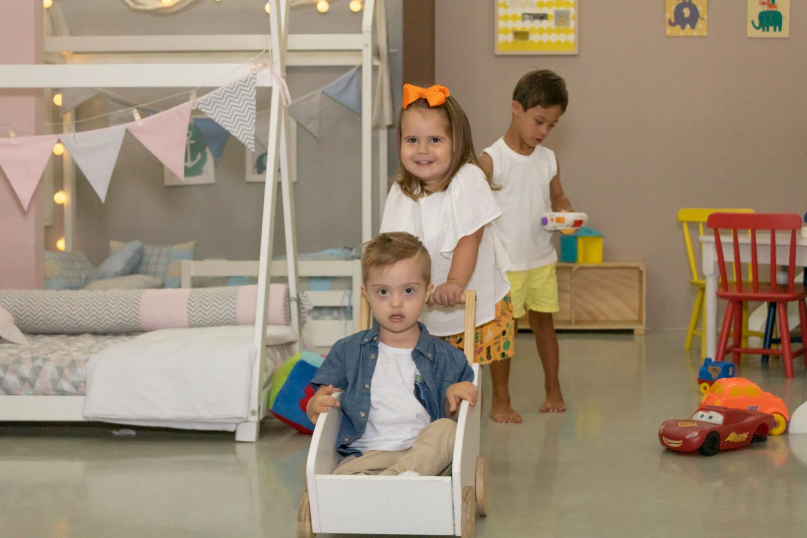 crianças sindrome de down brincando - CasaTema