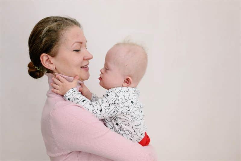 mãe e bebê com sindrome de down