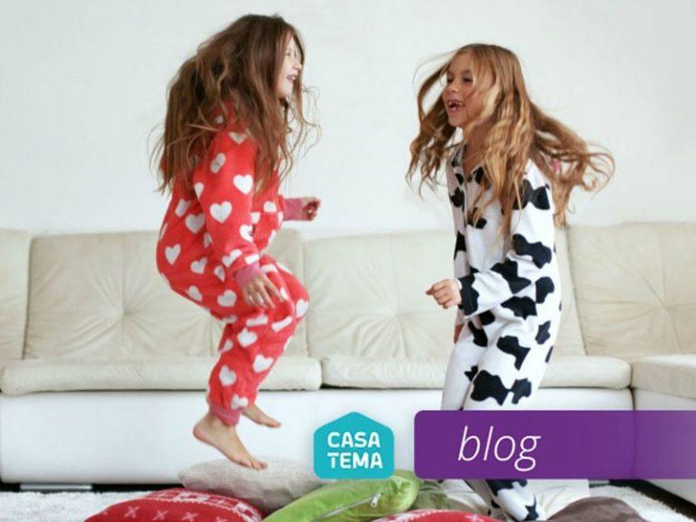 Crianças Brincando de pular gastando energia