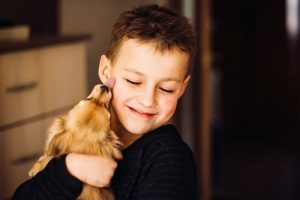 menino e seu cachorro demostrando afeto um pelo outro