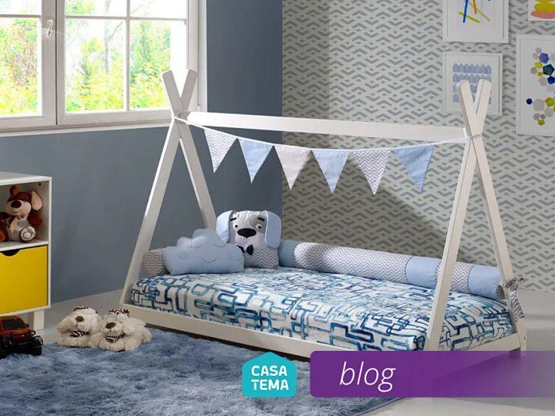 mini cama montessoriana de madeira com bandeirolas azul