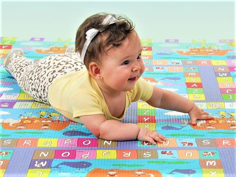liberdade de movimento bebê aprendendo engatinhar