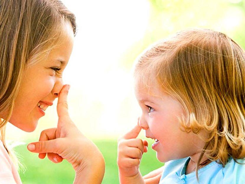 mãe e filha brincando de imitação