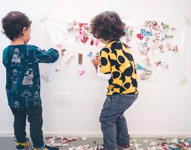 brincadeira sensorial com pedaço de papel