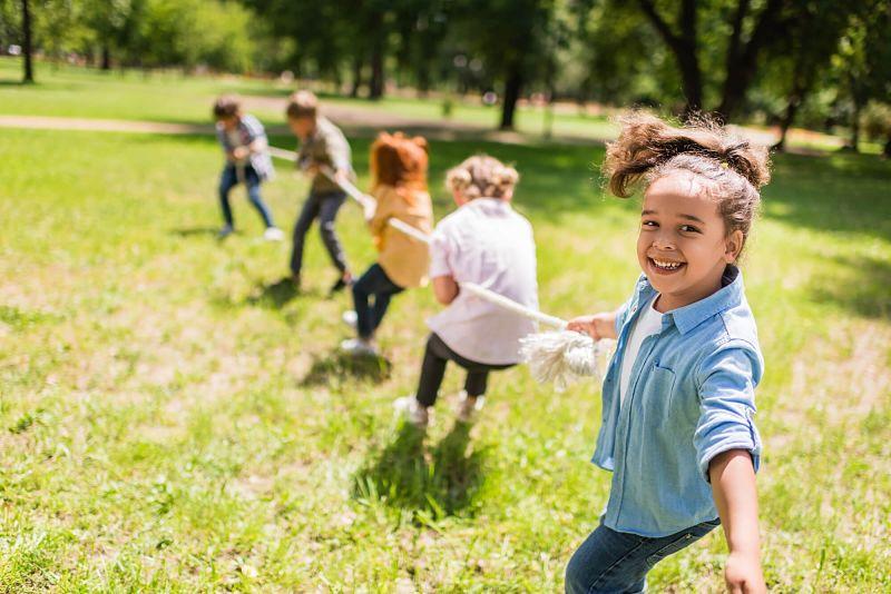 crianças fazendo cabo de guerra