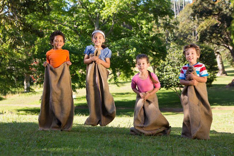 crianças fazendo corrida de saco