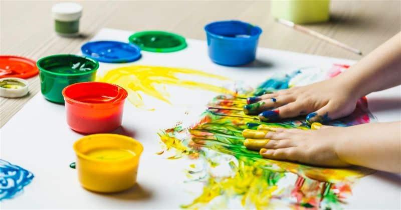 crianca-brincando-com-tinta