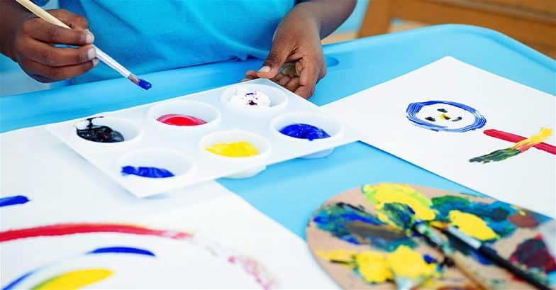 crianca-pintando-com-tinta