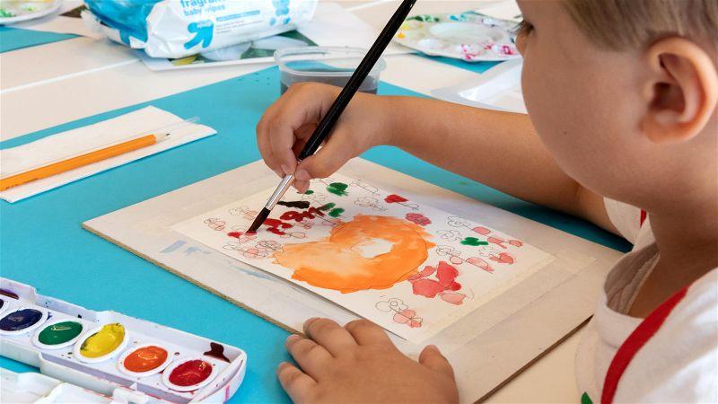 crianca-pintando