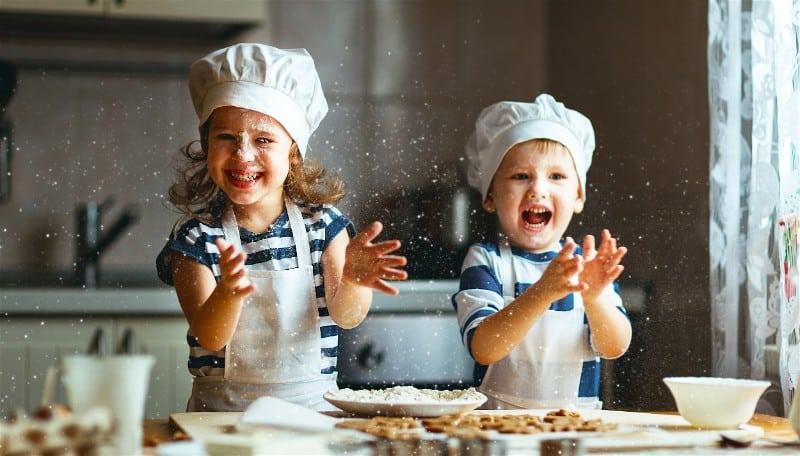 criancas-cozinhando-e-brincando