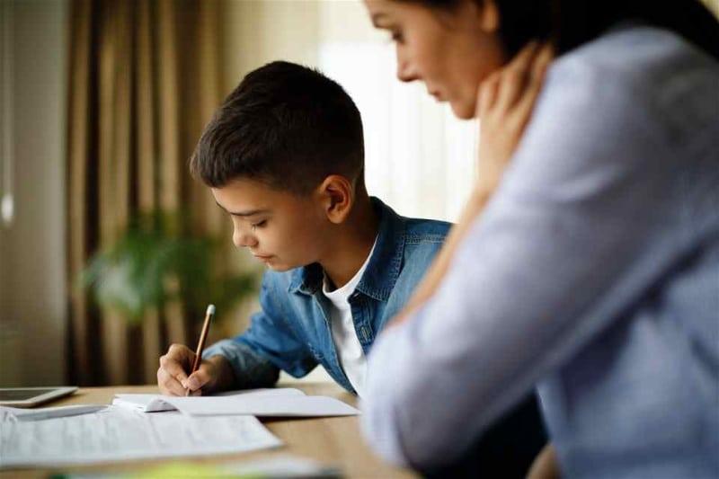 Mãe-e-filho-estudando
