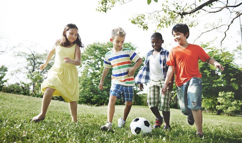 criancas-jogando-futebol
