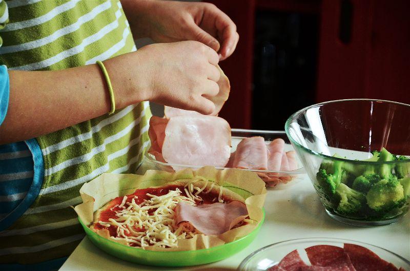 criança fazendo pizza