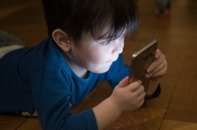 Criança usando smartphone