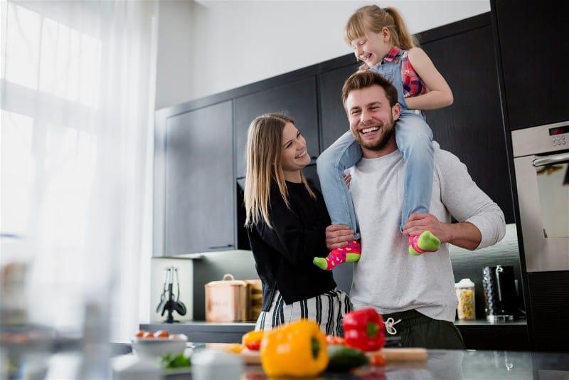 Família se divertindo na cozinha