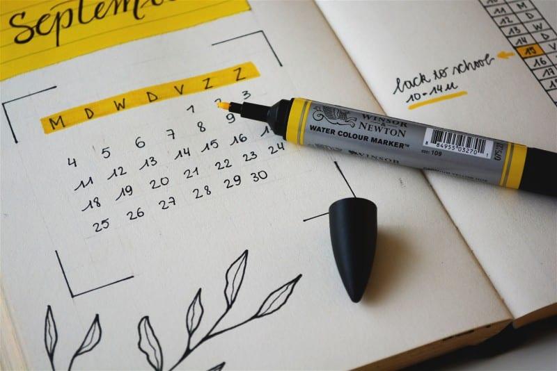 Calendário e marca texto