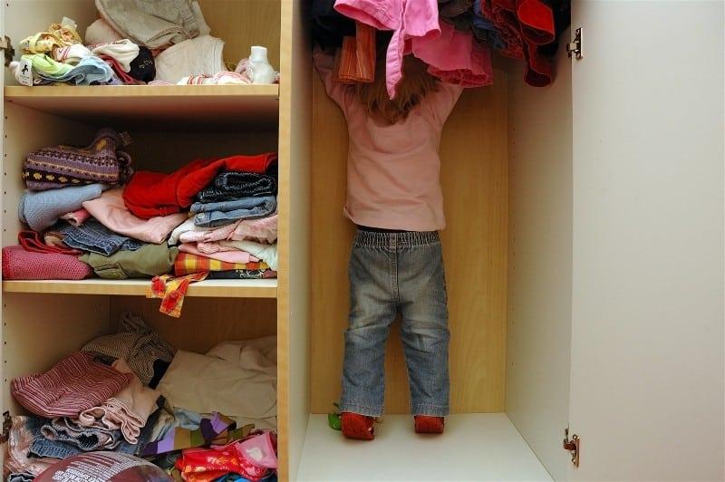 Criança dentro de guarda-roupa