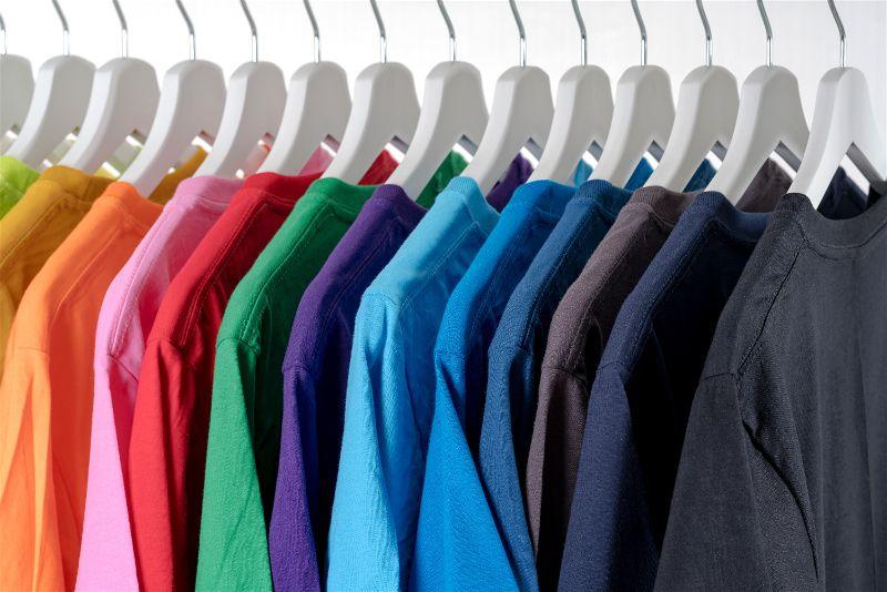 Camisetas coloridas em cabide