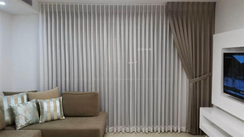 Sala de televisão com cortina de tecido