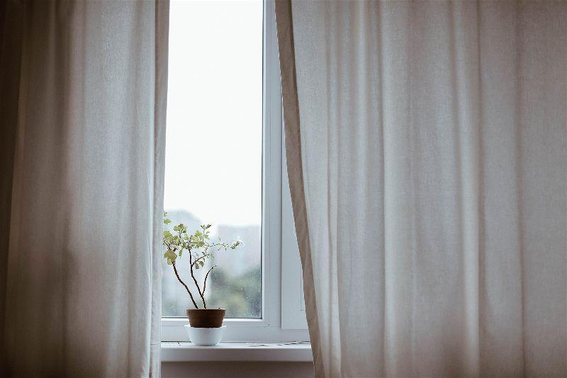 Janela com cortina branca