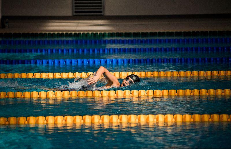 Pessoa praticando natação