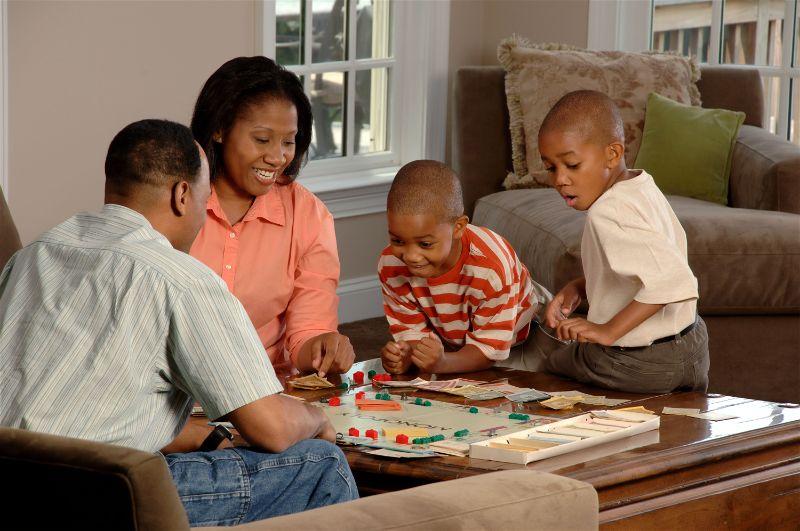 Família reunida brincando