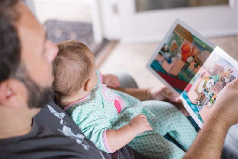 pai lendo ao filho