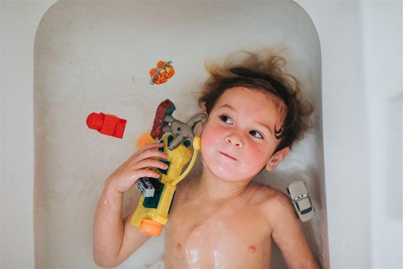 crianca na banheira