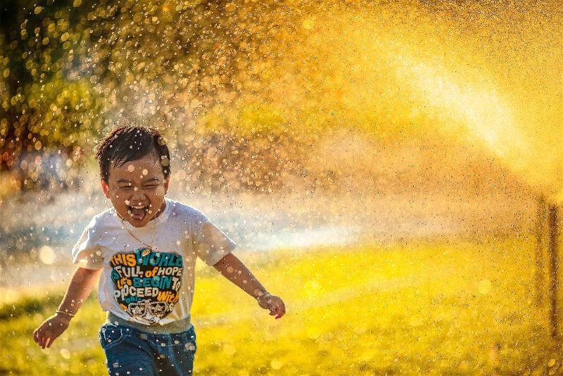 criança feliz na agua
