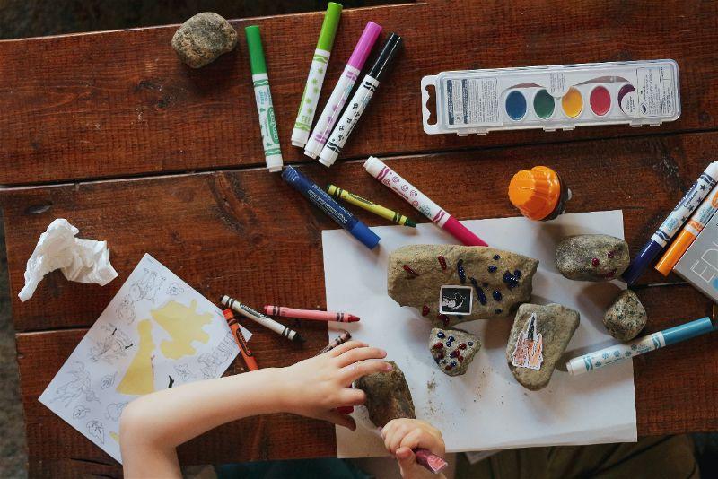criança pintando