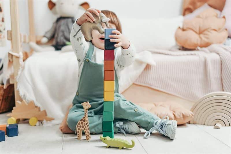 criança brincando quarto montessori