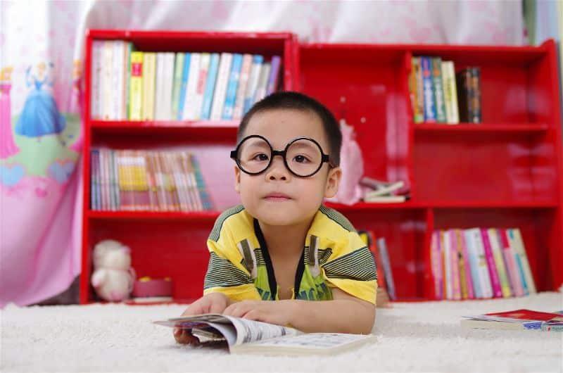 criança e livros