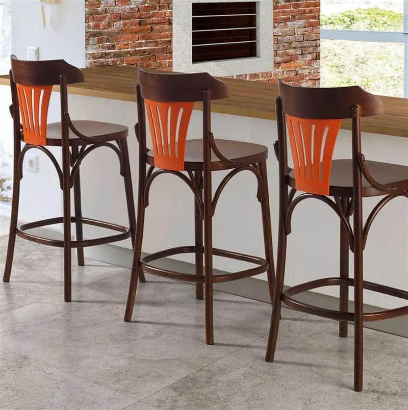 três cadeiras altas com o encosto curto