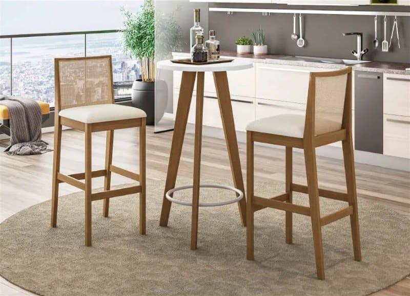 mesa redonda pequena e alta, com 2 cadeiras altas com o encosto pequeno