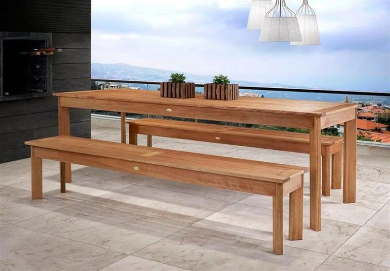 Mesa de madeira comprida com dois bancos da mesma dimensão comprimento