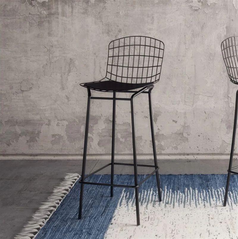 uma cadeira alta com o encosto curto