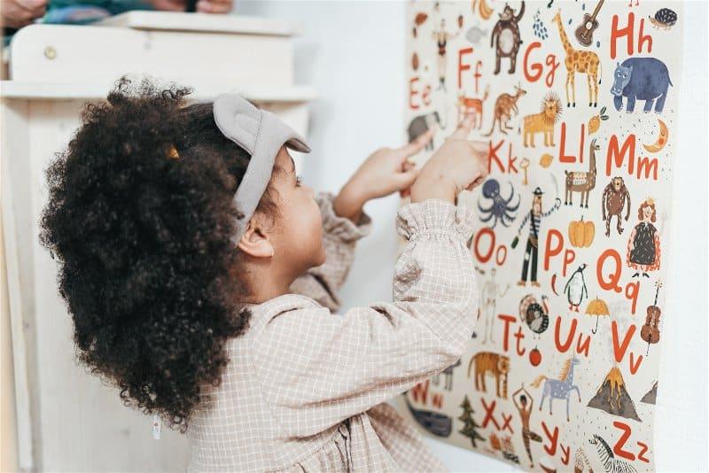 criança brincando com alfabeto