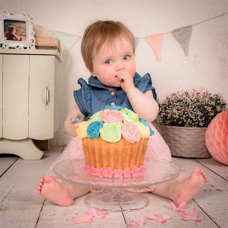 criança comendo bolo