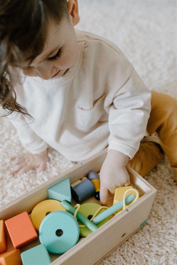 crianca-brincando-no-chao